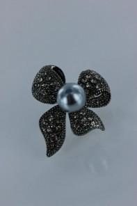 Cuttie ribbon pearl brooch