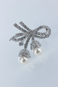 Pearl lux brooch